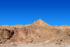 Ökenberg med blå himmel Arkivfoto