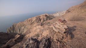 Ökenberg nära havet Arkivbild