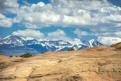 Ökenberg och kontrasterade korkade berg för snö Arkivbild