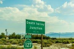 Ökenhuvudväg till den Death Valley nationalparkDeath Valley föreningspunkten Arkivfoton