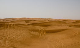 Ökenområde i Dubai, UAE Turister tas ofta till detta läge för ökensafari och att slå för dyn Royaltyfri Foto
