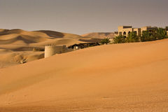 Ökensemesterort nära Abu Dhabi Royaltyfri Bild