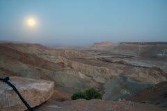 Ökensikt på natten med månen Arkivfoton