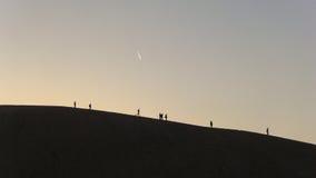 Ökensolnedgång med meteor Arkivfoton