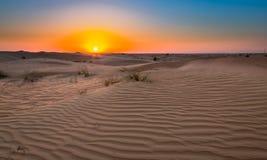 Ökensolnedgångexponering nära Dubai, Förenade Arabemiraten arkivbild