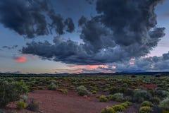 Ökenutsikt på solnedgången nära flaggstången Arizona Arkivbild
