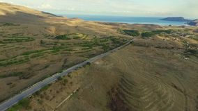 Ökenväg, flyg- längd i fot räknat skjutit Öken och vägen som omges av flyg- sikt för hav stock video
