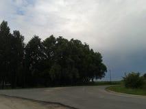 Ökenväg i aftonen för regnet arkivbild