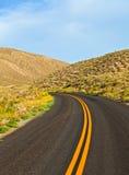 Ökenväg i den Death Valley nationalparken Arkivbilder