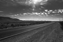 Ökenväg i svart & vit Arkivfoton