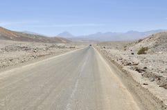 Ökenväg på Atacama, Chile Royaltyfria Bilder