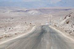 Ökenväg på Atacama, Chile Arkivbilder