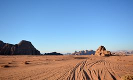ÖkenWadi-rom, solnedgång, Jordanien royaltyfri foto