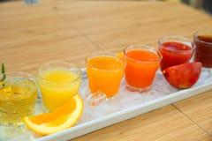 Öknen för drinken för fruktsaft för ny frukt för ett sunt bantar bakgrund Arkivfoton