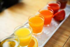 Öknen för drinken för fruktsaft för ny frukt för ett sunt bantar bakgrund Royaltyfri Foto