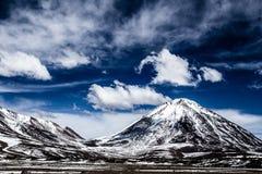 Öknen och berget över blå himmel och vit fördunklar på Altiplano, Bolivia Arkivfoton