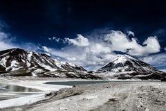 Öknen och berget över blå himmel och vit fördunklar på Altiplano, Bolivia Royaltyfri Foto