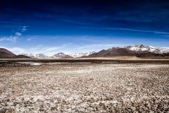 Öknen och berget över blå himmel och vit fördunklar på Altiplano, Bolivia Fotografering för Bildbyråer