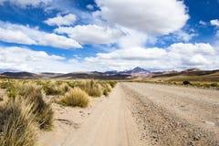 Öknen och berget över blå himmel och vit fördunklar på Altiplano, Bolivia Royaltyfria Bilder
