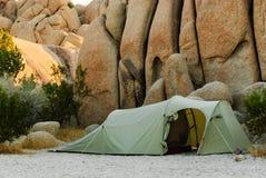öknen stenar tenten Arkivfoton