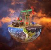Öko-Konzept Ölpumpe auf einem Schnittplaneten auf schwermütigem Hintergrund Das C Stockfotografie
