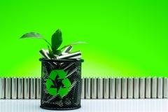 Ökologie, die Energie, benutzter oder neuer Batterie des Konzeptes, der Naturan aufbereitet Lizenzfreies Stockbild