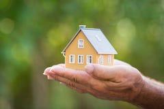 Ökologiehaus in den Händen stockfoto