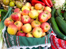 Ökologische Äpfel Lizenzfreie Stockfotos