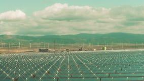 Ökologische Energieerzeugung Vogelperspektive der niedrigen Höhe von Sonnenkraftwerk- und Windgeneratoren stock video footage