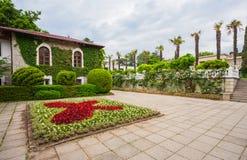 Ökologische Gebäudefassade und -park. Krim Lizenzfreies Stockbild