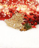 Ökologische, hölzerne Weihnachtsdekorationen Lizenzfreie Stockfotos