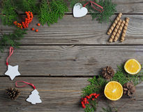 Ökologische, hölzerne Weihnachtsdekorationen Stockbild