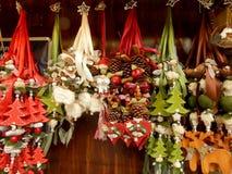 Ökologische, hölzerne Weihnachtsdekorationen Stockfotografie