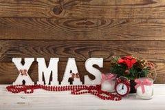 Ökologische, hölzerne Weihnachtsdekorationen Abstraktes Hintergrundmuster der weißen Sterne auf dunkelroter Auslegung Uhr, Kerze  Stockbild