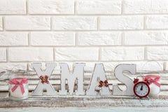 Ökologische, hölzerne Weihnachtsdekorationen Abstraktes Hintergrundmuster der weißen Sterne auf dunkelroter Auslegung Uhr, Kerze  Lizenzfreie Stockbilder