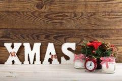 Ökologische, hölzerne Weihnachtsdekorationen Abstraktes Hintergrundmuster der weißen Sterne auf dunkelroter Auslegung Uhr, Kerze  Lizenzfreies Stockbild