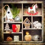 Ökologische, hölzerne Weihnachtsdekorationen Antike Uhren, Schaukelpferd und Weihnachtsspielwaren Stockbilder