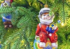 Ökologische, hölzerne Weihnachtsdekorationen Astronaut Jahreszeiten traditionell stockbild