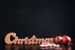 Ökologische, hölzerne Weihnachtsdekorationen Auf dunkelgrauem Hintergrund Lizenzfreie Stockfotografie