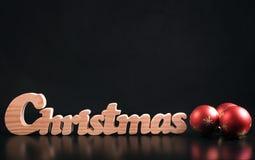 Ökologische, hölzerne Weihnachtsdekorationen Auf schwarzem Hintergrund Lizenzfreies Stockbild