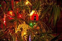 Ökologische, hölzerne Weihnachtsdekorationen Beleuchtete Kapelle auf Baum 3 Stockfoto