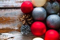 Ökologische, hölzerne Weihnachtsdekorationen Beschneidungspfad eingeschlossen Copyspace Lizenzfreies Stockfoto