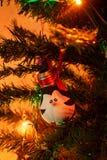 Ökologische, hölzerne Weihnachtsdekorationen Die Spielwaren des neuen Jahres: Pinguin auf einem Baum des neuen Jahres Frohe Weihn stockfoto