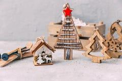 Ökologische, hölzerne Weihnachtsdekorationen Hintergrund des neuen Jahres lizenzfreie stockbilder