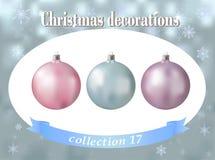 Ökologische, hölzerne Weihnachtsdekorationen Sammlung von hellblauem, von rosa und von lila Stockfoto