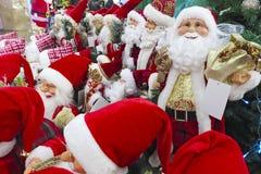 Ökologische, hölzerne Weihnachtsdekorationen Santa Claus-Spielzeug im Supermarkt Sankt Weihnachtsspielwaren, -geschenke und -ande lizenzfreie stockfotografie