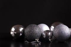 Ökologische, hölzerne Weihnachtsdekorationen Silber auf Schwarzem Stockbild