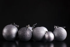 Ökologische, hölzerne Weihnachtsdekorationen Silber auf Schwarzem Stockfotografie