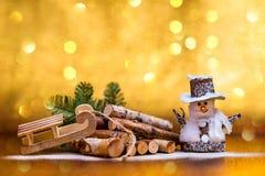 Ökologische, hölzerne Weihnachtsdekorationen Spielzeugschneemann Glückliches neues Jahr stockfotos