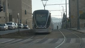 Ökologische Straßenbahn JERUSALEMS befördert Morgen mit dem Zug stock video